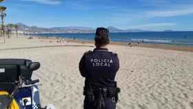 Un agente de Policía Local en una playa de Alicante.