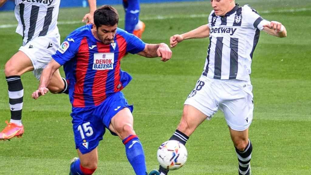 De Frutos le gana un balón a Valdés en el Eibar - Levante