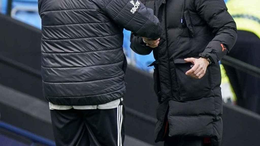 Pep Guardiola se saluda con Marcelo Bielsa