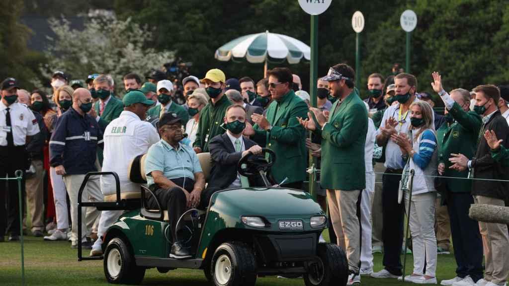 Lee Elder, aplaudido durante su aparición en el Masters de Augusta