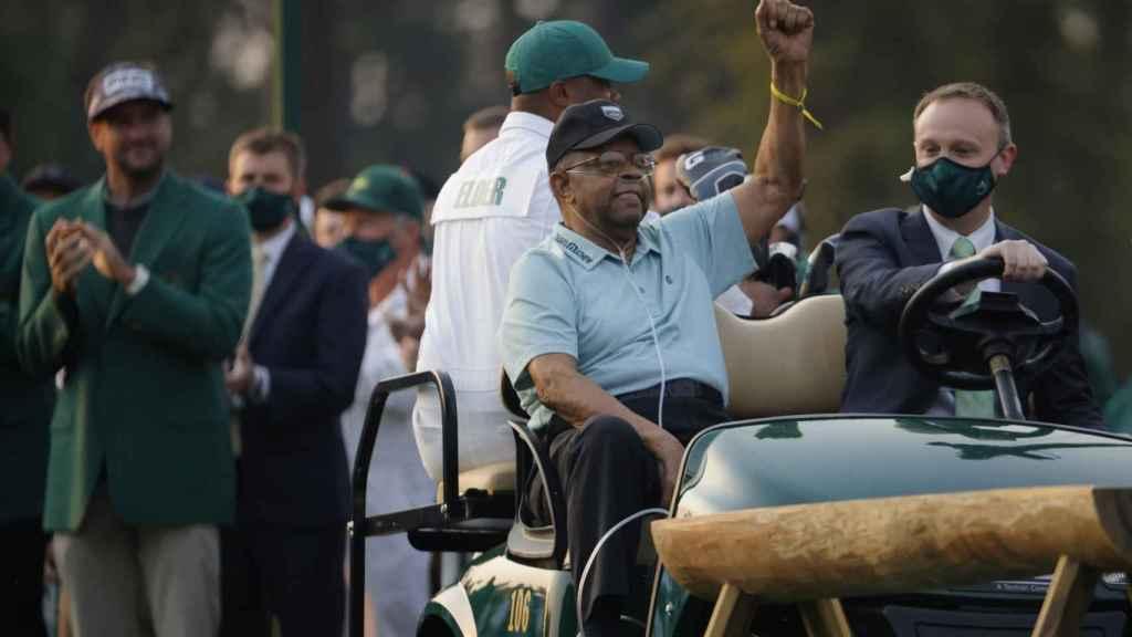Lee Elder, puño en alto, en el Masters de Augusta 2021