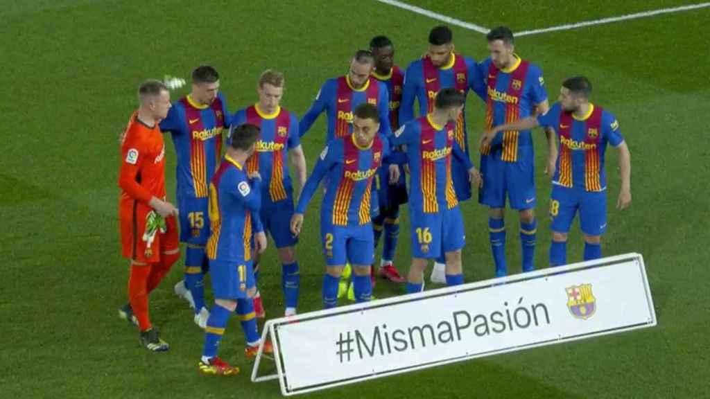Los jugadores del FC Barcelona posan con el lema #MismaPasión