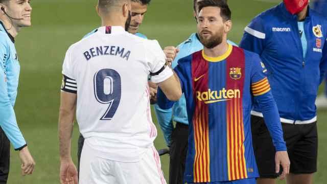 Benzema y Messi se saludan antes de El Clásico