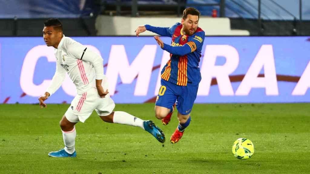 Leo Messi evita la presión de Casemiro