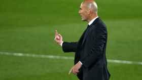 Zidane da órdenes a los jugadores del Real Madrid