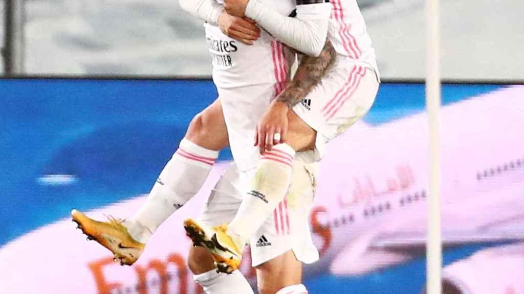 Luka Modric celebra con Toni Kroos el segundo gol del Real Madrid al Barça