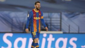 Messi se lamenta en el césped