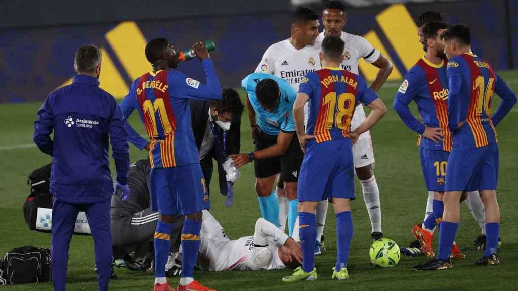Lucas Vázquez atendido por los servicios médicos del Real Madrid
