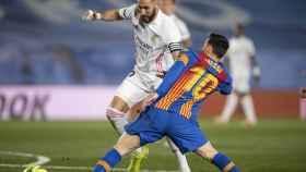 Karim Benzema, presionado por Leo Messi
