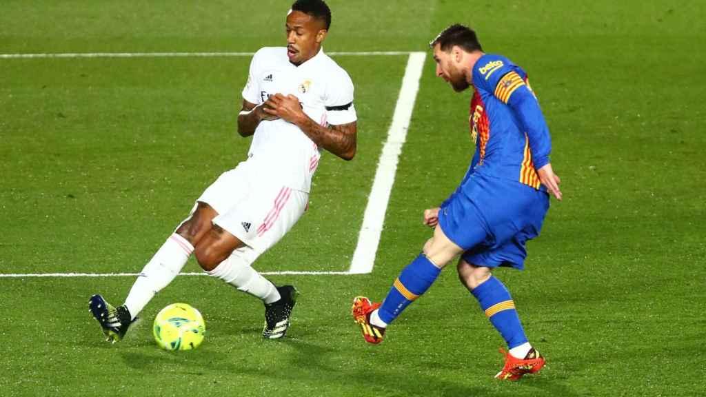 Militao corta un pase de Leo Messi