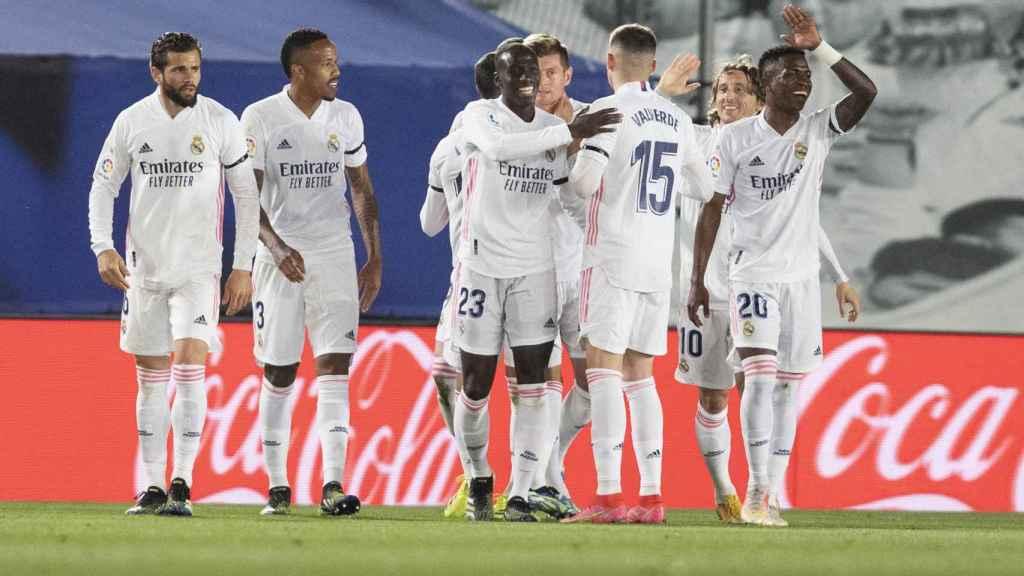 Los jugadores del Real Madrid celebran el gol de Toni Kroos