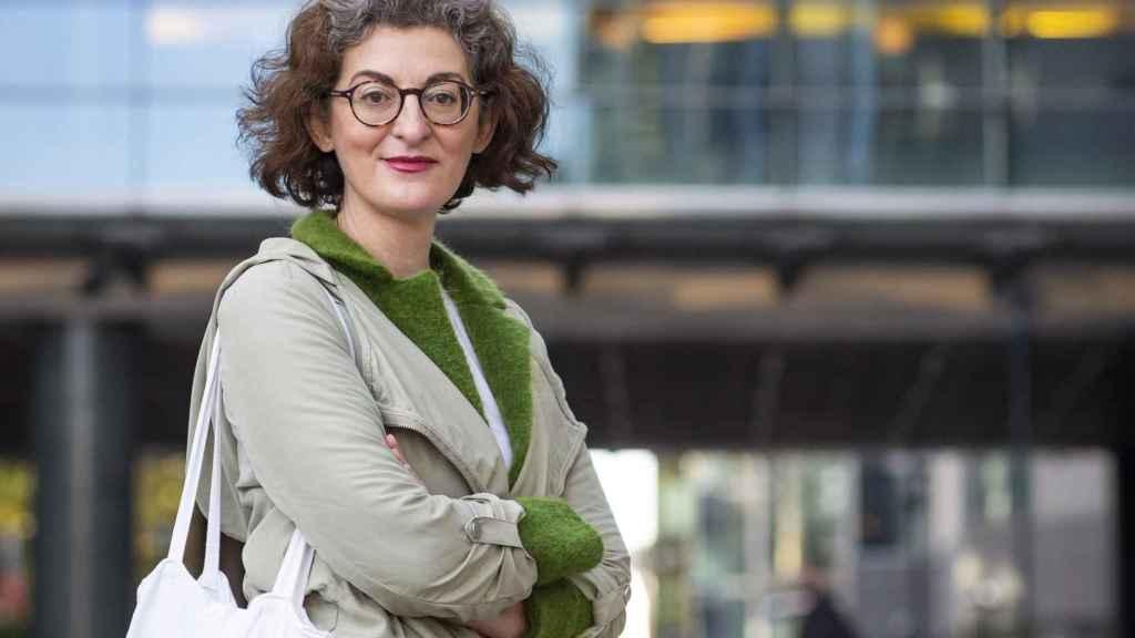 Maite Pagazaurtundua, ante la entrada a la sede del Parlamento Europeo en Bruselas.