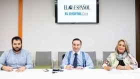De izquierda a derecha: Pablo Grandío (representante de Obelisco Digital), Pedro J. Ramírez (Presidente Ejecutivo de EL ESPAÑOL) y Esther Esteban (Editora de El Digital de Castilla la Mancha) en una habitación ventilada tras quitarse la mascarilla para la firma.