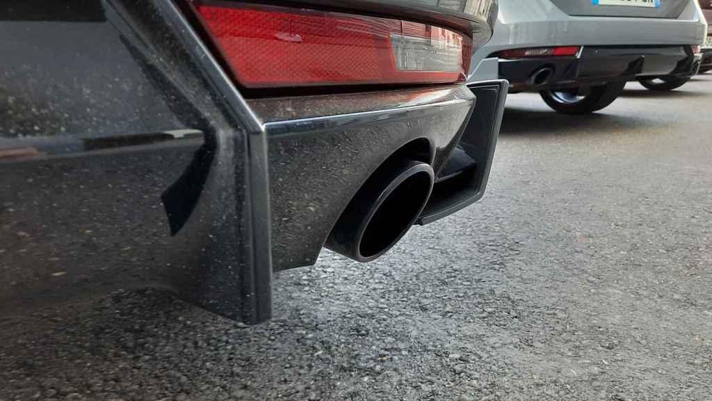 Imagen de un coche tradicional de combustión.