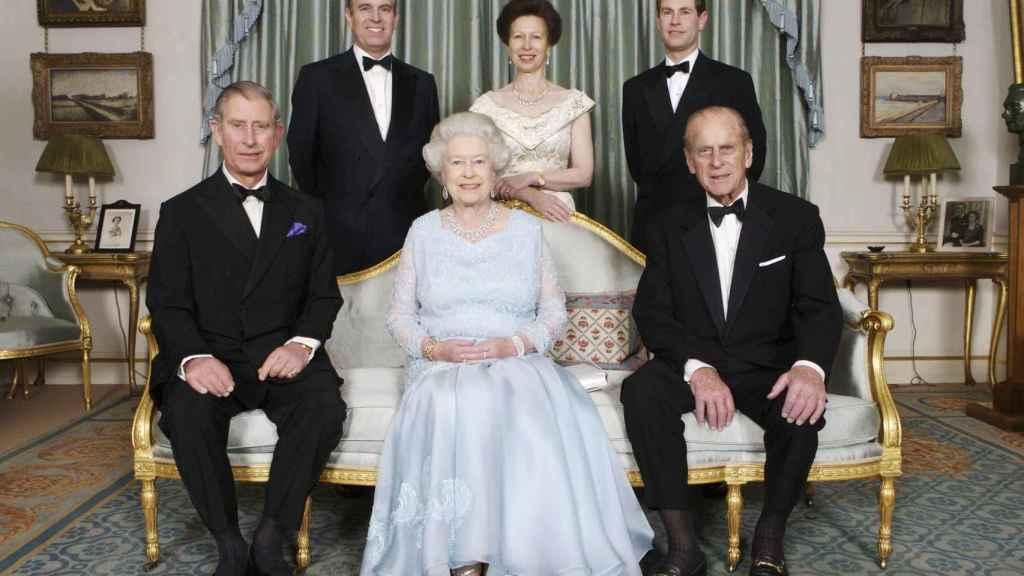 La reina Isabel y su marido en un posado junto a sus tres hijos en 2007.