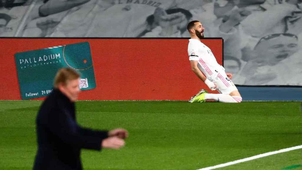 Karim Benzema celebra su gol en El Clásico mientras Ronald Koeman se lamenta