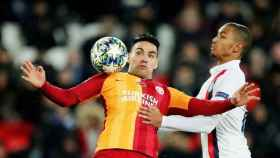 Falcao controlando un balón con el pecho en un partido del Galatasaray