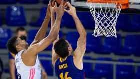 Tavares (Real Madrid) y Pau Gasol (Barça) pelean un rebote