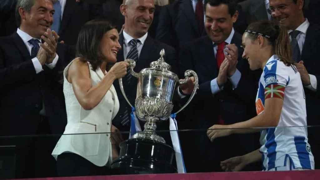 La reina Letizia, entrando a la vencedora la Copa de la Reina de fútbol.