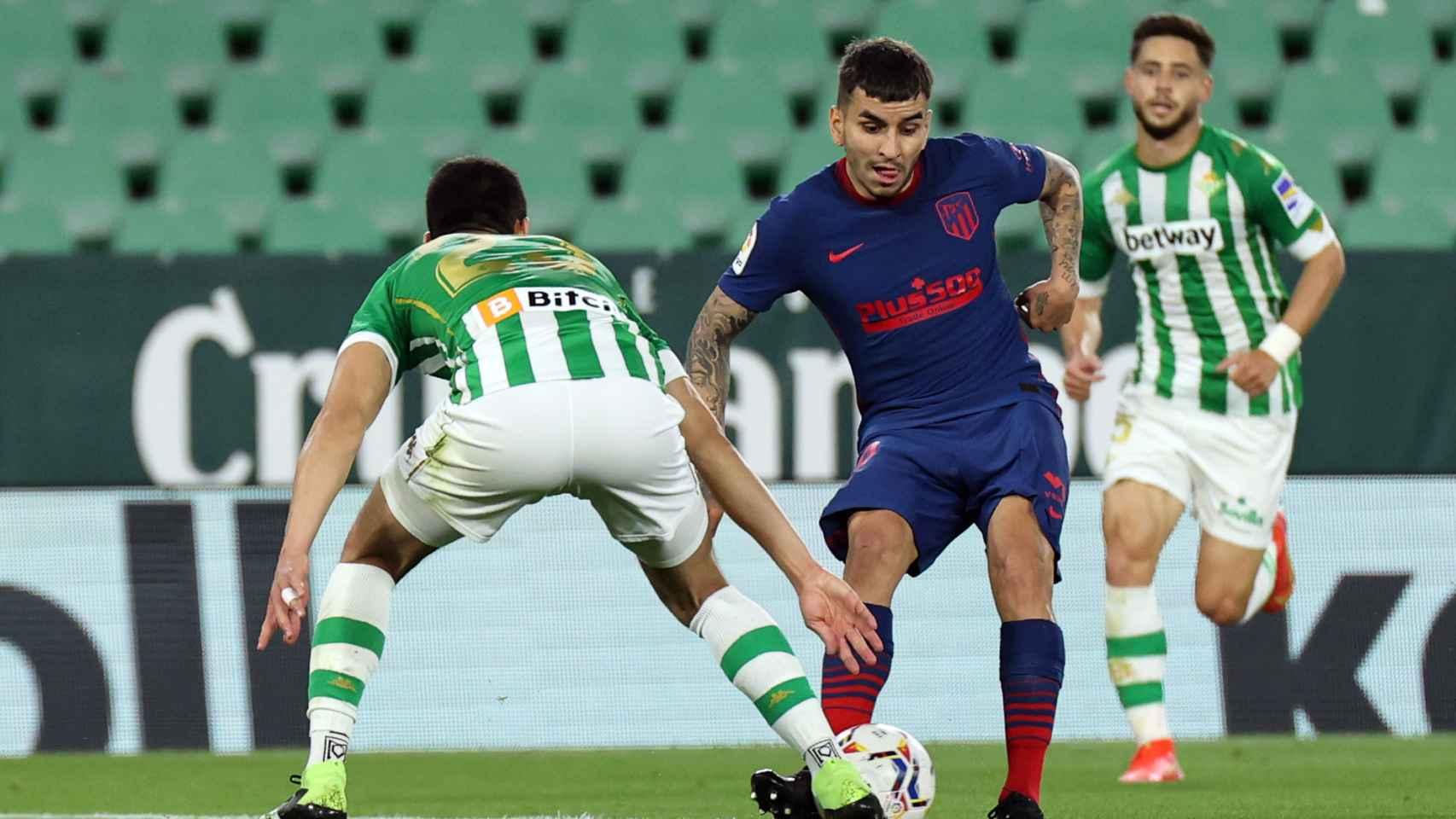 Correa (Atlético) encarando en el área