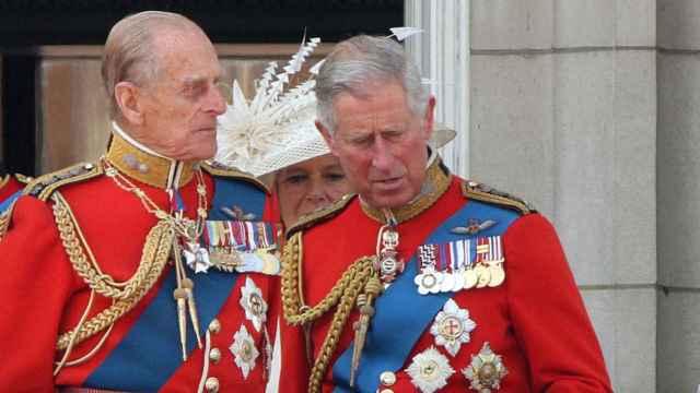El príncipe Carlos junto a su padre en una imagen de archivo.