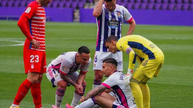 Jorge Molina observa a Javi Sánchez, lesionado