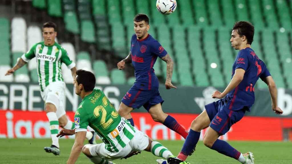 Joao Félix se retira lesionado con un golpe en el tobillo ante el Betis