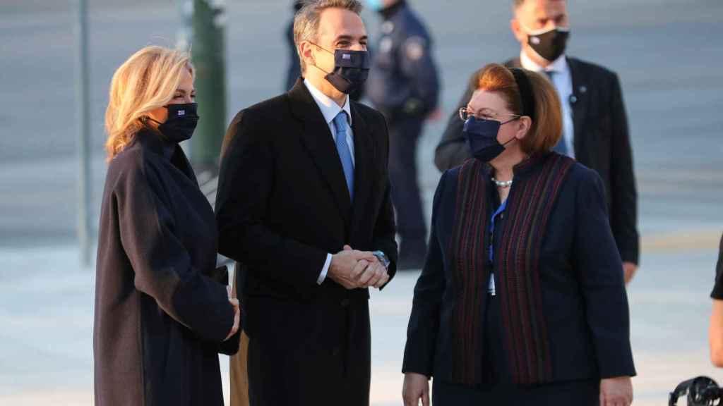 La ministra de deportes griega, Lina Mendoni, junto al presidente de Grecia y su esposa