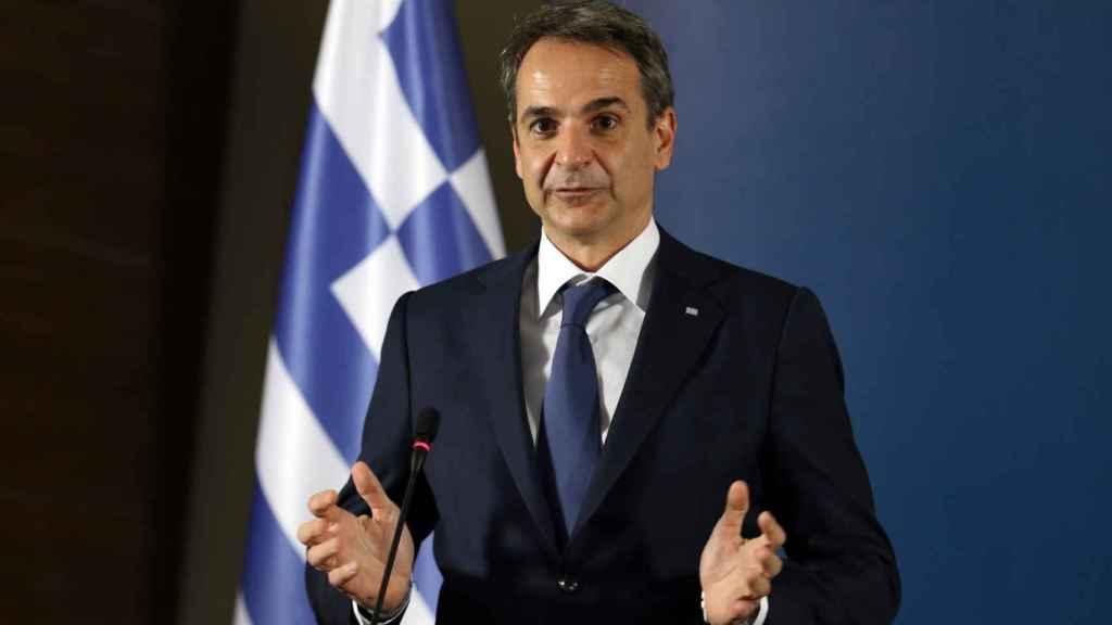 Kyriakos Mitsotakis, primer ministro griego, y la bandera