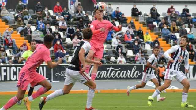 El Real Madrid Castilla peleando un balón ante el Badajoz