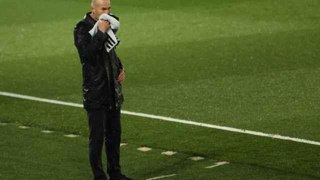 Zinedine Zidane se seca el agua de la lluvia que cayó durante El Clásico