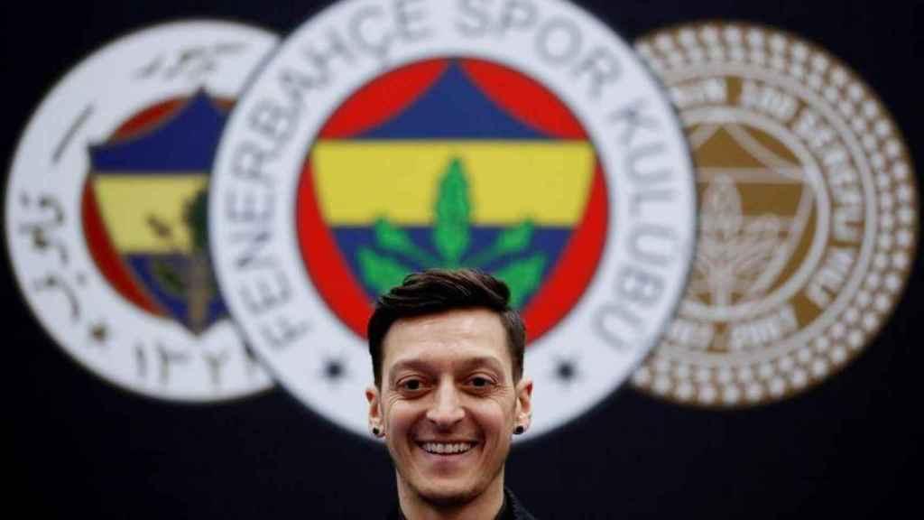Özil durante su presentación con el Fenerbahçe