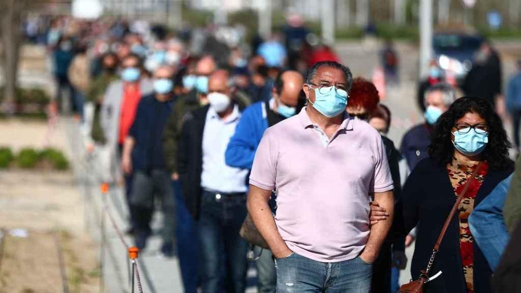Colas de espera a las puertas del hospital Isabel Zendal, en Madrid, para la vacunación.