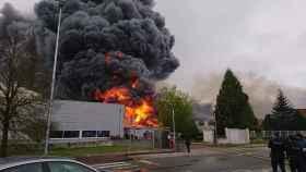 Una instantánea del incendio en una nave de pinturas de Lugo.