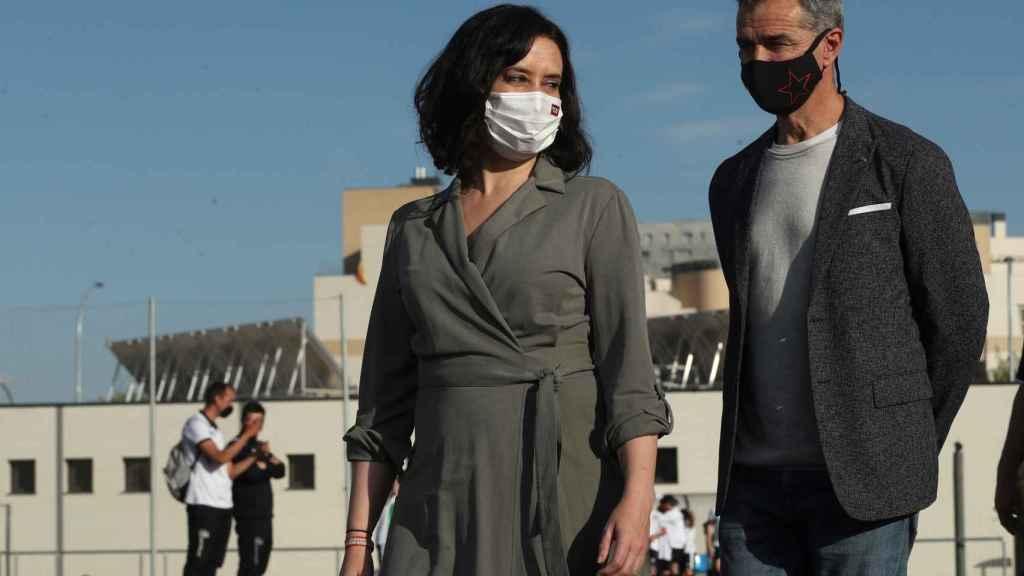 Toni Cantó, detrás de Isabel Díaz Ayuso, en una visita al barrio de Sanchinarro, en la campaña electoral del 4-M.