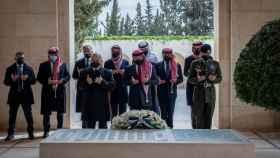 El rey Abdalá II de Jordania en el centro, y su hermanastro, el príncipe Hamzah bin Husein, el segundo por la izquierda.