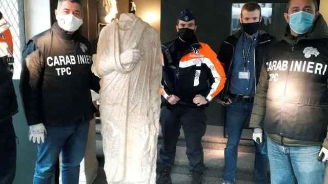 Agentes italianos posan este lunes una valiosa escultura romana del siglo I a.C robada hace diez años.