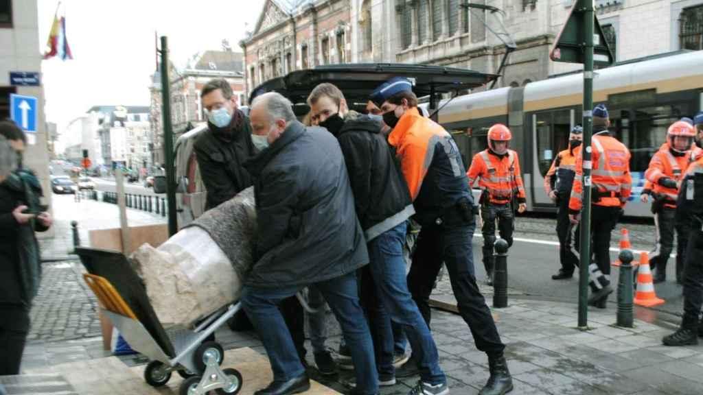 Agentes italianos transportan este lunes una valiosa escultura romana del siglo I a.C robada hace diez años.