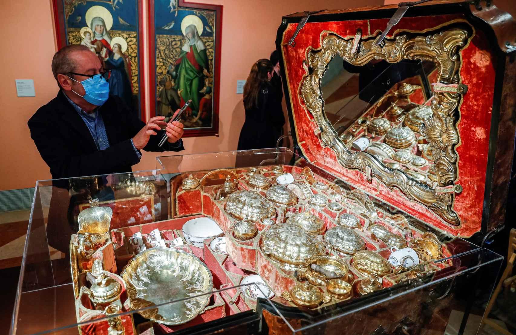 Baúl de viaje con 66 accesorios de la primera mitad del siglo XVIII.
