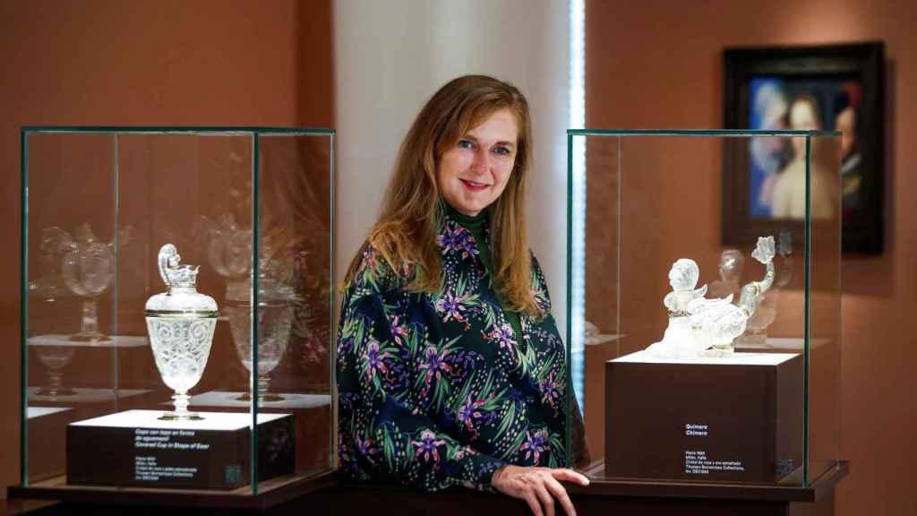 Francesca Thyssen-Bornemisza, hija del barón, posa junto a dos de las piezas de cristal que nunca se han expuesto en Madrid.