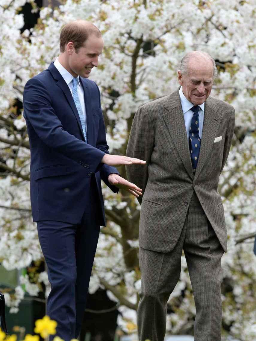 Guillermo y el duque de Edimburgo compartiendo confidencias.