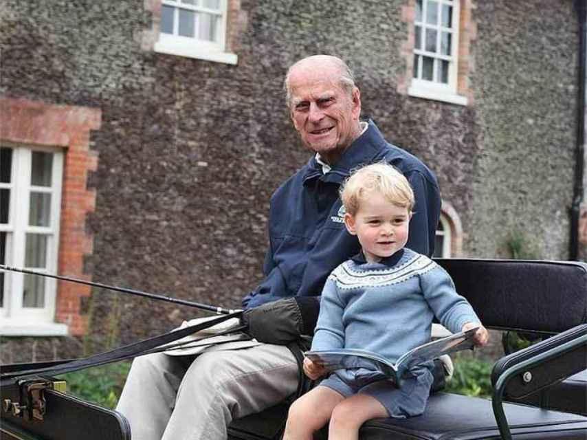El duque de Edimburgo con el hijo mayor de Guillermo y Kate.