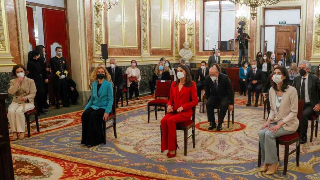 Por orden: la vicepresidenta primera Carmen Calvo, la presidenta del Congreso Meritxell Batet, la Reina Letizia y la presidenta del Senado Pilar Llop en el acto de homenaje a Clara Campoamor.