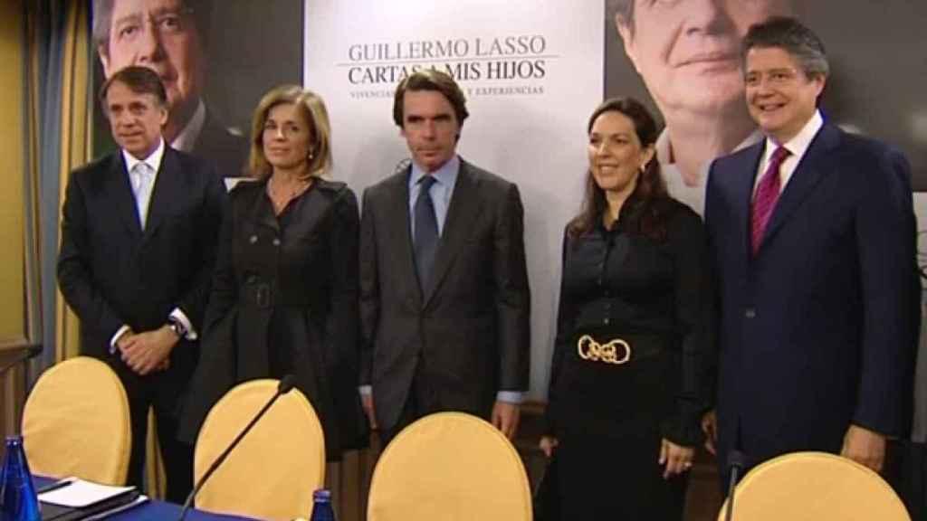 José Crehueras, presidente de Atresmedia, junto a Aznar, Ana Botella, María Lourdes Alcívar (mujer de Guillermo Lasso) y Lasso en la presentación de su libro en 2011 en Madrid.