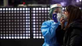 El virus vuelve a crecer en Cataluña y las UCI superan los 500 ingresados. EFE/Alejandro García