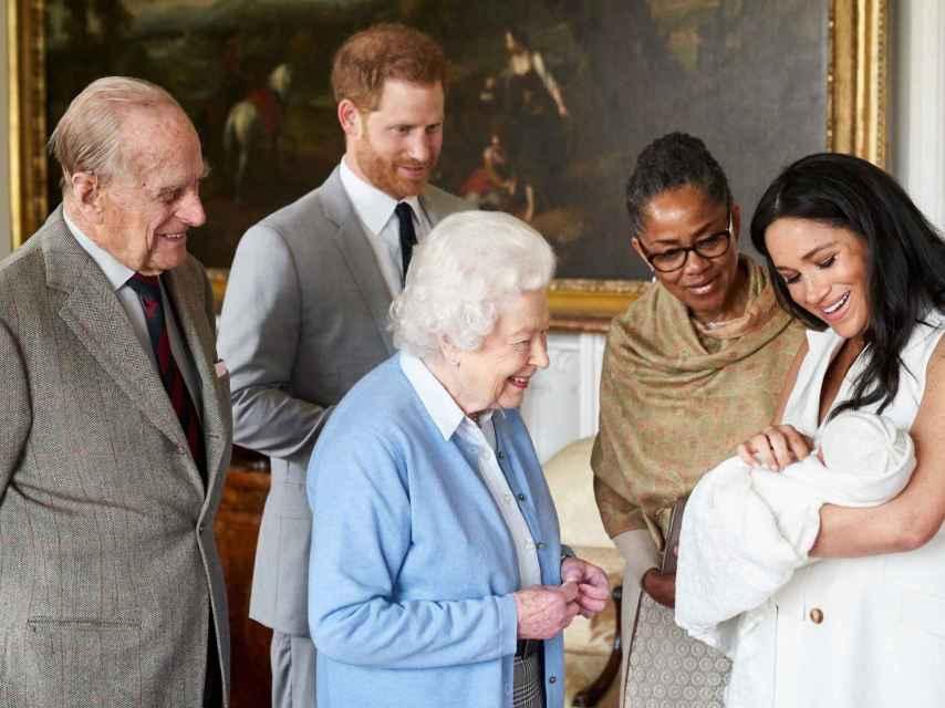 El duque de Edimburgo conociendo a su bisnieto Archie, hijo del príncipe Harry.