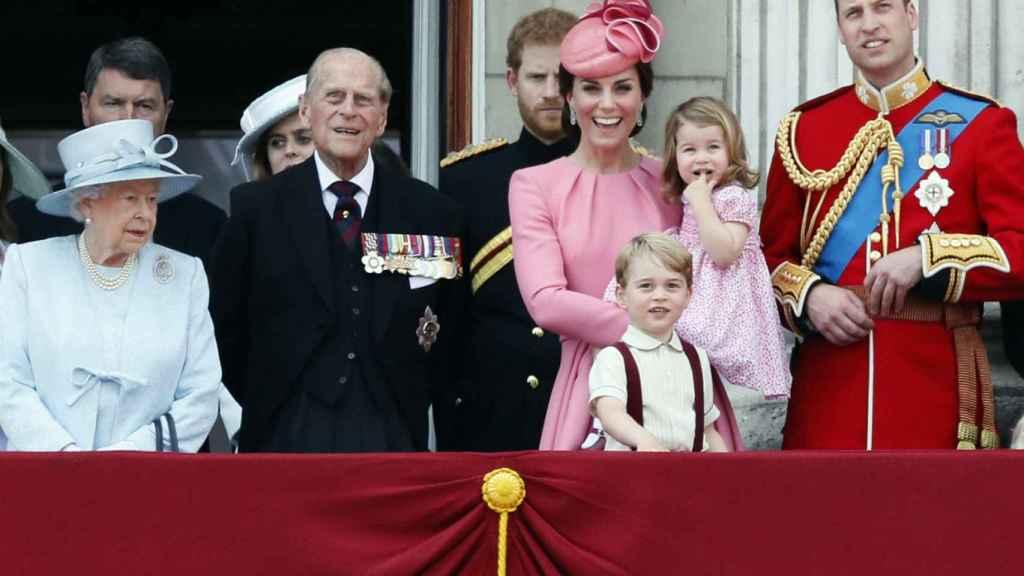El duque de Edimburgo junto a la Familia Real británica en 2017, el año que se retiró de la vida pública.