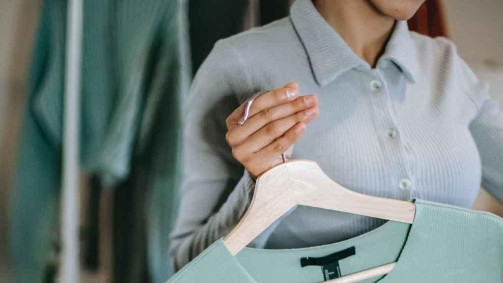 Cambio de armario: las claves para renovar las prendas de forma eficaz.