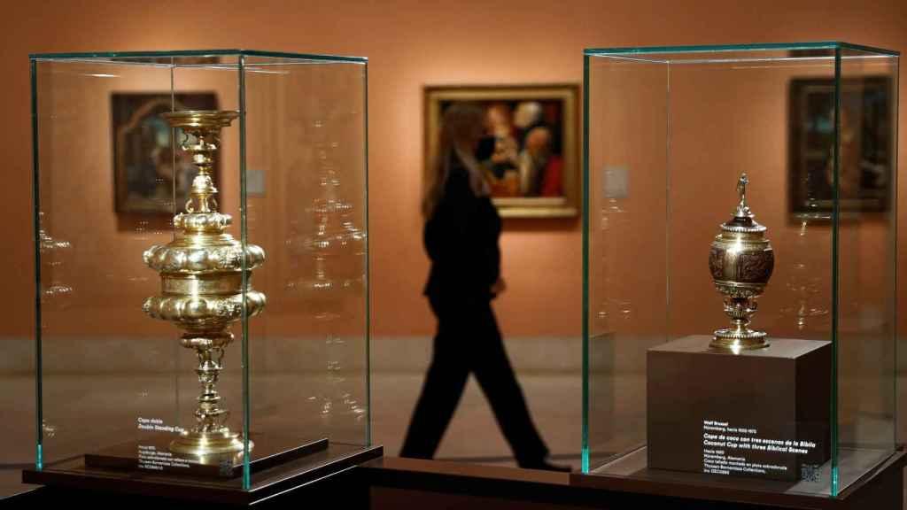 Dos piezas de oro que forman parte de la nueva muestra del Thyssen.