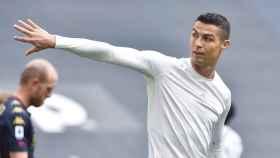 Cristiano Ronaldo lanza su camiseta a un recogepelotas